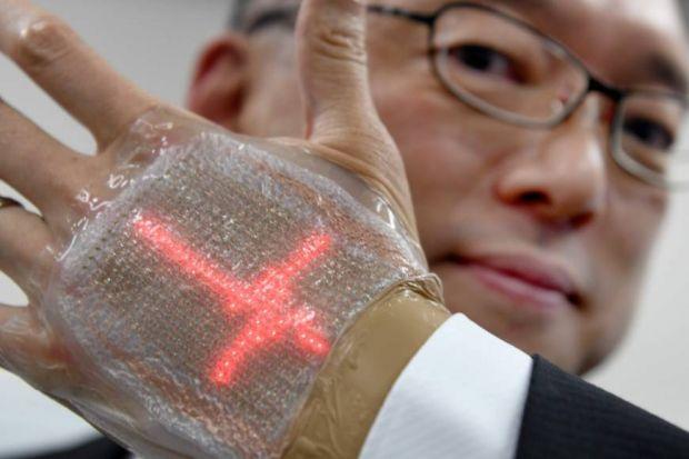 Un japonez a inventat ecranul ultrasubtire, care se aplica pe mana ca a doua piele