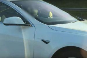 Un sofer care conducea o Tesla cu autopilot a fost amendat pe autostrada! Ce facea in masina
