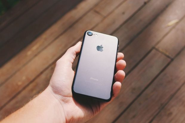 Urmasul modelului iPhone 8 ar putea avea un ecran deosebit! Apple se inspira de la LG?
