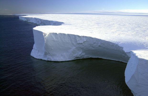Lanturi montane si canioane uriase, descoperite sub calota de gheata din Antarctica