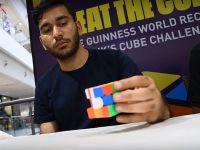 Record inedit: a rezolvat 2.474 de cuburi Rubik în doar 24 de ore, cu o singură mână