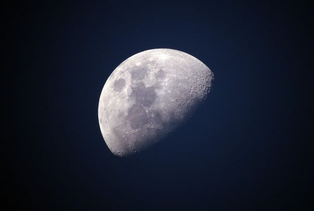 Teorie surprinzătoare: cu miliarde de ani în urmă, pe Lună ar fi putut exista viață
