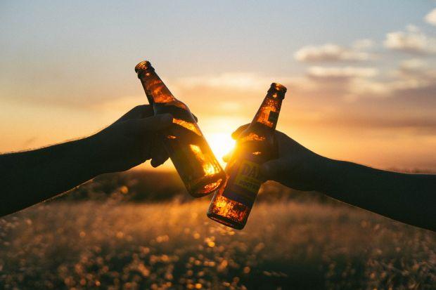 Alcoolul este dăunător chiar și în cantități reduse. Bărbații români beau cel mai mult