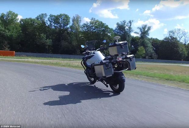 BMW a prezentat prima motocicletă cu pilot automat