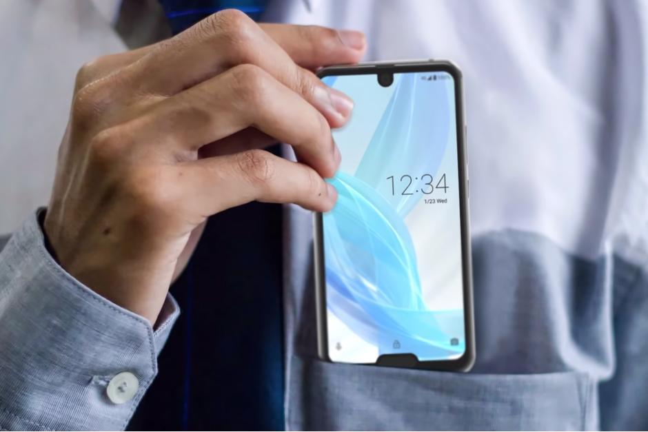 Sharp a lansat cel mai ciudat telefon. Are două decupaje în ecran