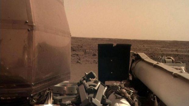 Modulul spaţial InSight, lansat de NASA, a asolizat cu bine pe Marte. Va analiza structura internă a planetei