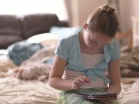 Ce se întâmplă cu creierul unui copil care stă 7 ore pe zi pe telefon, tabletă sau PC