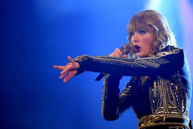 Cum își spionează Taylor Swift în secret fanii de la concerte. Tehnologia controversată pe care o folosește
