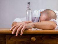 Adevărul despre cea mai populară metodă de-a combate mahmureala. Ce se întâmplă dacă bei apă?