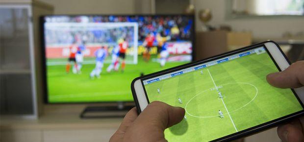 Cum poți să conectezi telefonul la televizor chiar dacă nu ai un Smart TV