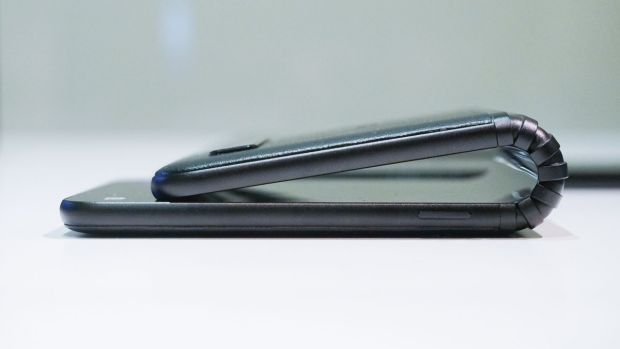 TCL prezintă prototipul unui smartphone pliabil cu aspect mai neobișnuit