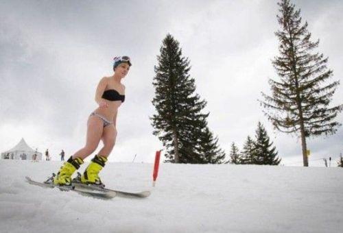 Concurs pentru femei la Arena Platos, de 8 Martie. Miss Bikini pleaca la surf in Tenerife