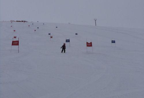 Competitie de schi alpin pentru copii. Schiorii talentati sunt asteptati la linia de start