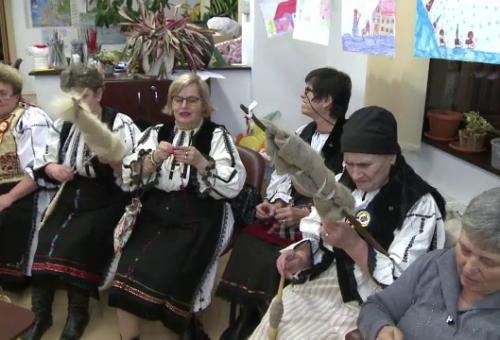 Traditia sezatorilor continua la Avrig, chiar si in era tehnologiei. Cum se distreaza si ce vorbesc femeile in timp ce torc sau lucreaza