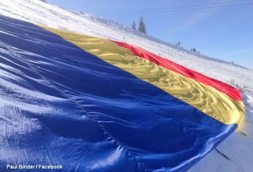 Protest in Poiana Brasov. Tricolorul si steagul UE, intinse chiar pe partie