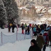Revelion 2020 la munte. Turiștii au încins hora pe pârtie, înaintea petrecerii de An Nou
