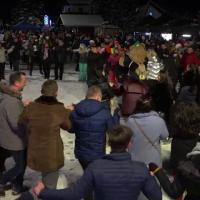 Horă uriașă la Poiana Brașov. 700 de oameni au dansat și cântat pe pârtie