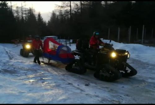 Accidentați la schi pe pârtiile din România, din cauza zăpezii artificiale.  Rudele se chinuie să îi transporte pe braţe